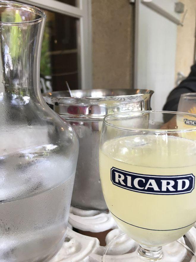 Ricardglas und Karaffe in Giverny