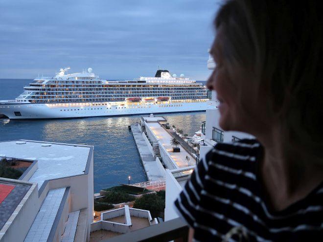 Viking Sky in Monte Carlo vor dem Fairmont Hotel