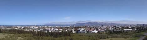 Blik over Reykjavik en omgeving vanaf een uitkijktoren. (toiletbezoek aldaar €1,50. Jaa daadhaag)