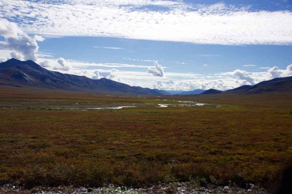 Prachtige herfstkleuren in de tundra na de pas