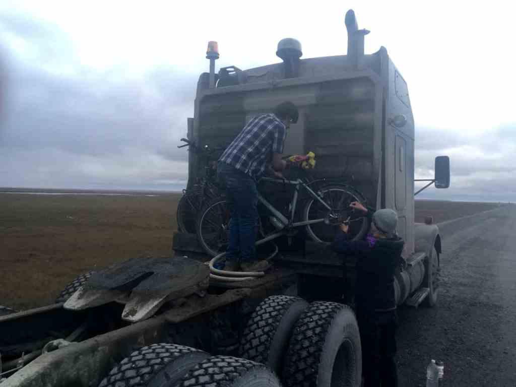 De fietsen worden achterop gebonden voor de rit terug naar Fairbanks