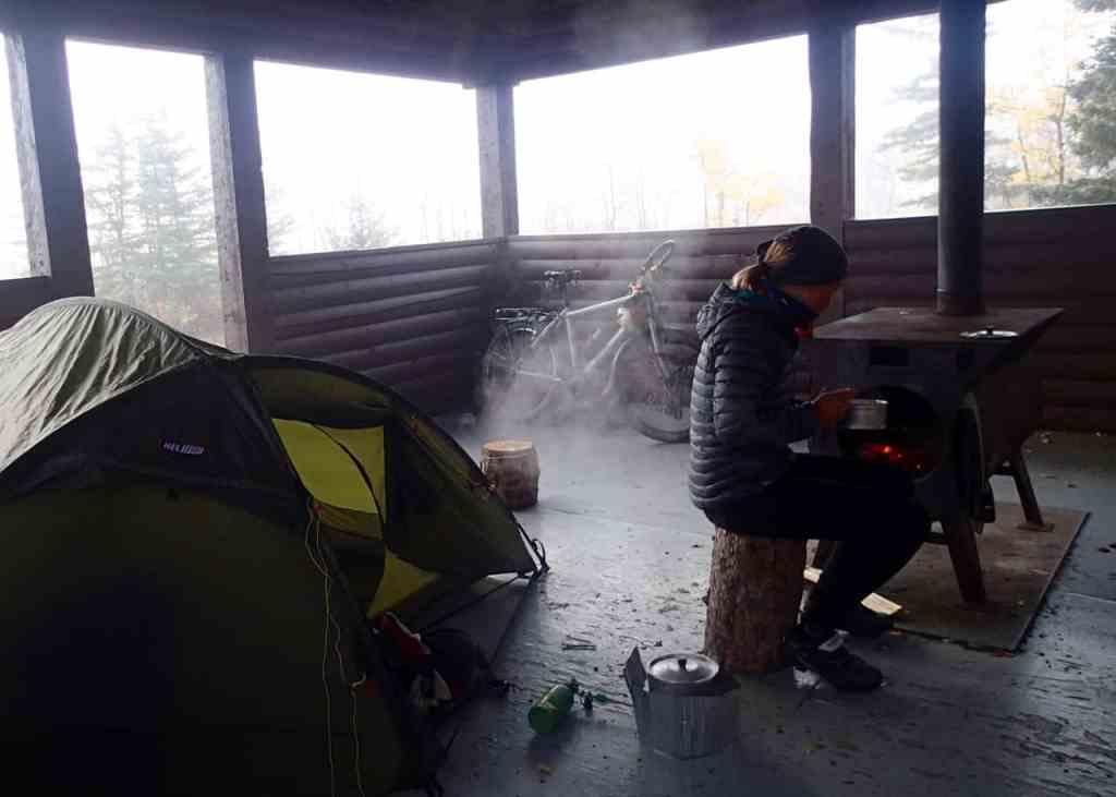 ..op een gesloten camping onder een afdak en met een houtkachel