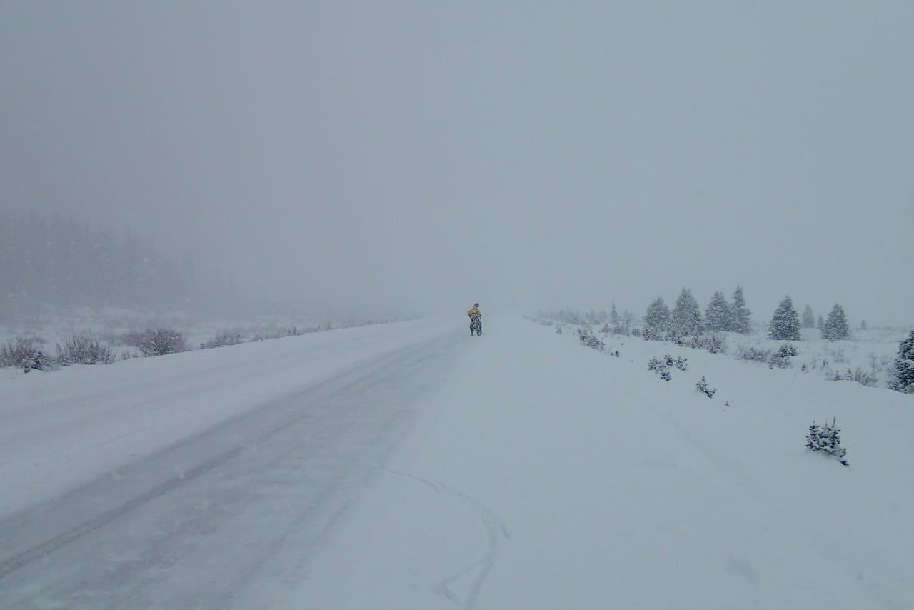 Bruce in de sneeuwstorm voor me op Bow Pass