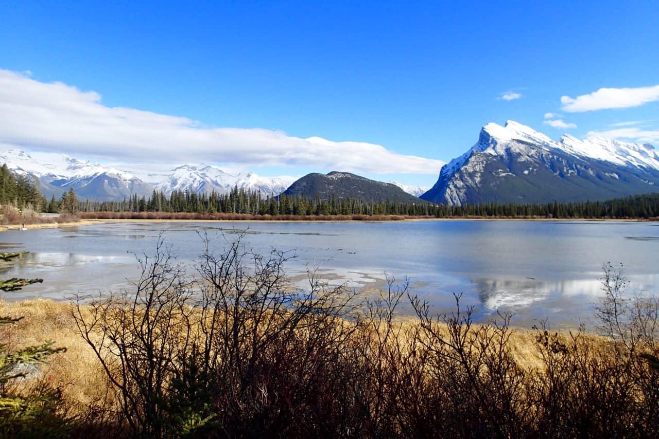 Rechts op de foto is Mount Rundle. Aan de voet daarvan ligt Banff.