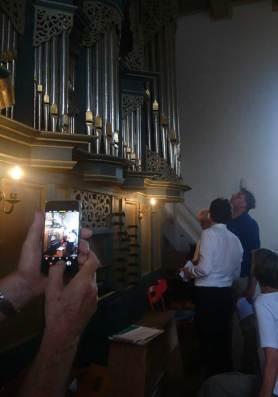 Der-Organist-erklaert-die-Orgel