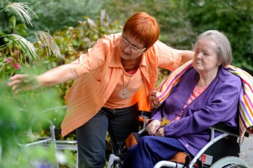 eine Betreuungssituation von Herbst-Zeitlos e.V. bei einer älteren Frau zu Hause