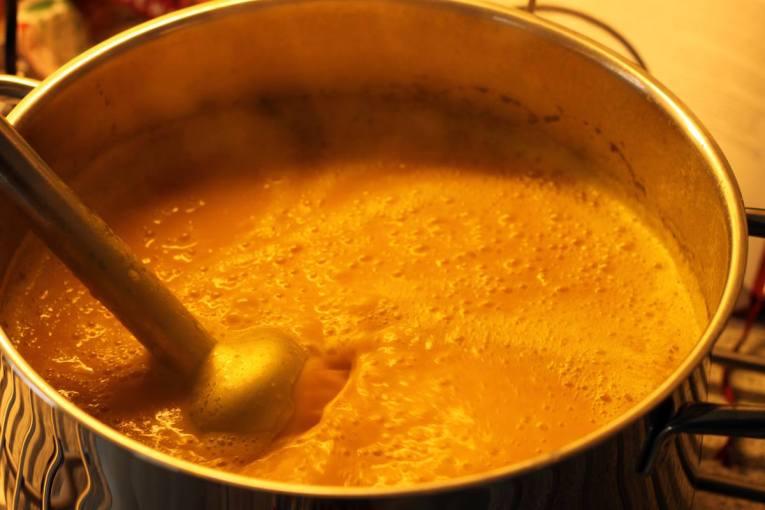Paprika Kürbis Suppe mit Vanillenote und Knoblauch-Vanille-Croûtons