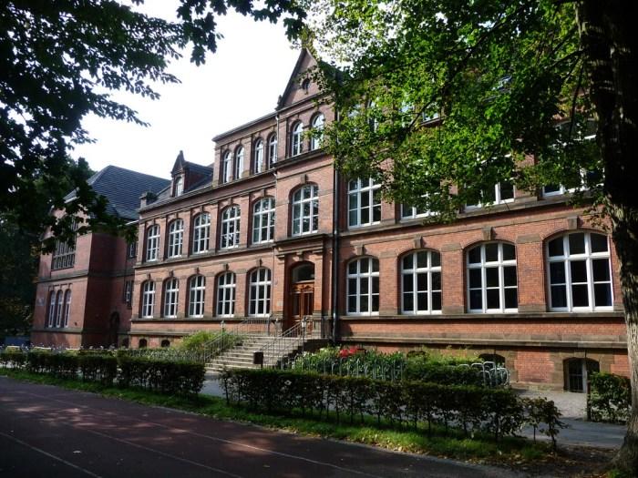 Am Herder-Gymnasium in Minden machten im Jahr 1979 fast 100 Schülerinnen und Schüler ihr Abitur. Foto: Hans-Jürgen Amtage