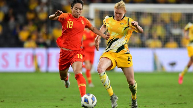 Tang Jiali (L) and Clare Polkinghorne (R).