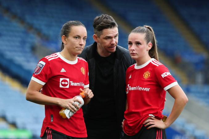 Manchester United manager Marc Skinner talks with Lucy Staniforth and Ella Toone.
