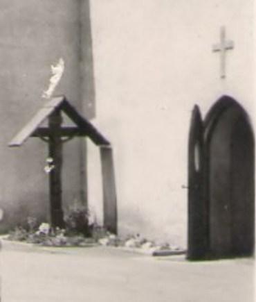 Bild 4: Missionskreuz an der alten Kirche von der Schule aus gesehen vor dem Südeingang zur Kirche