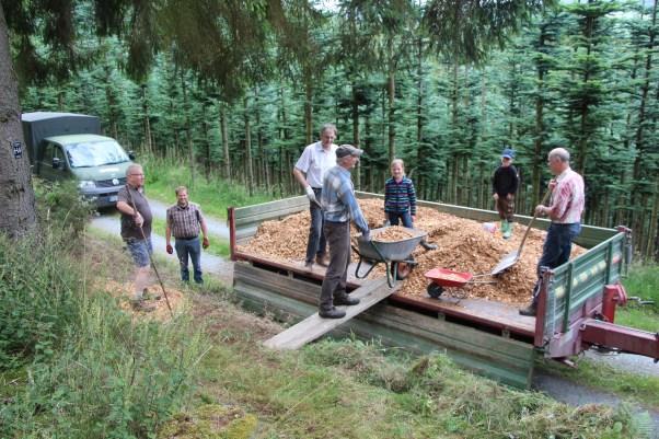 Bild 7 - Helfer bei der Sanierung der Außenanlage 2016