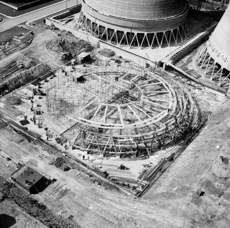 EAW029340, Construction of the final cooling tower at Walsall B Power Station, Walsall, 10 May 1950