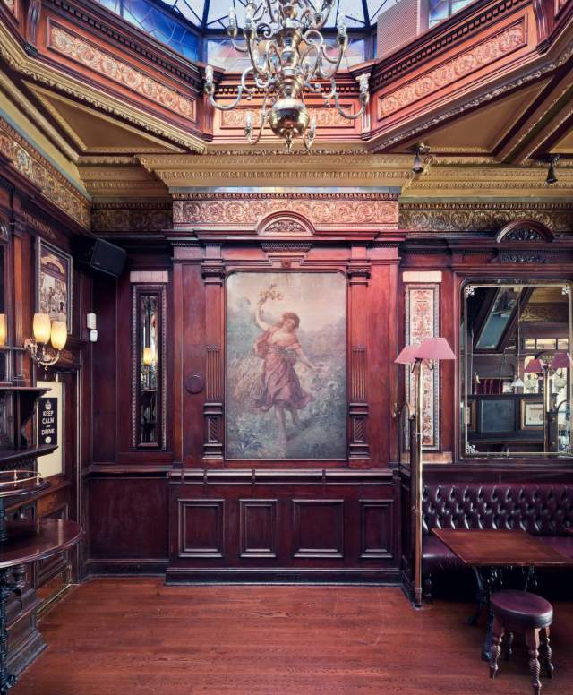 The Tottenham pub interior 1 needs copyright info