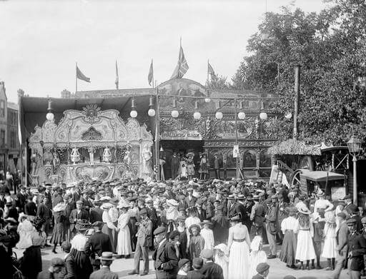 A large crowd gathered outside the spectacle in St Giles, during the annual fair held at the beginning of September. 1905 TAYLORS ROYAL ELECTRIC COLISEUM OXFORDSHIRE OXFORD OXFORD