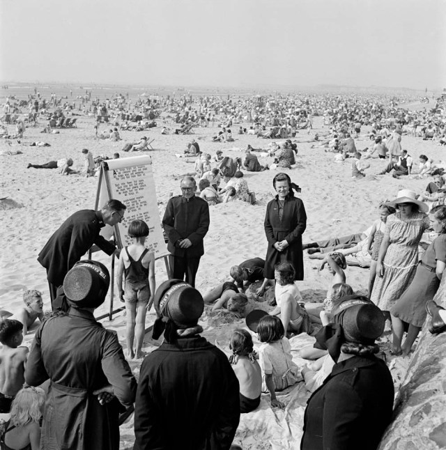 AA047908 salvation army instructing children on the beach lancashire blackpool