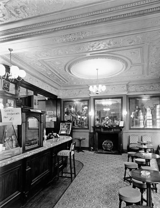 The Punch Tavern, Fleet Street. From the Historic England Archive. Date of photo: 1986. DD000819 Historic England