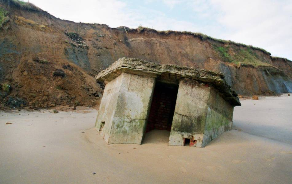 WW2 plus coastal erosion at Happisburgh © Historic England Archive MF99_0652_00024