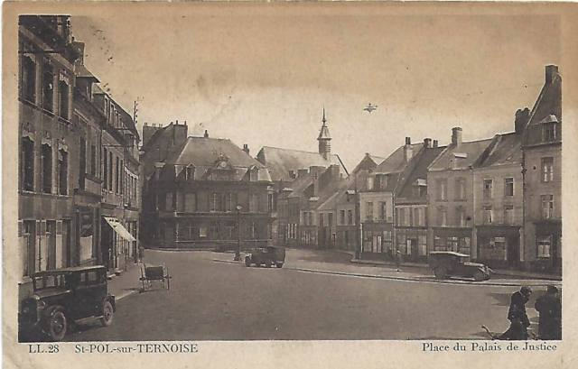 Black and white postcard showing a French town square on a quiet day. The name of the place given is Place du Palais de Justice in St. Pol-sur-Ternoise.