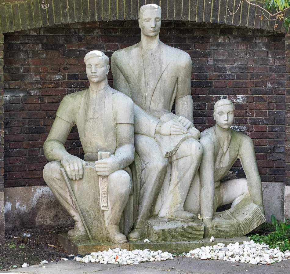Three printers statue, shows a printer (holding a composing stick of metal type), an editor and a newsboy.