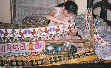 Kusti weaver Monaz Variava hand makes a toran