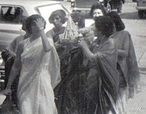 Bride's entrourage visit groom's home