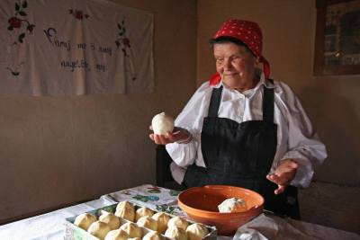 Production of traditional Trnič Cheese in Slovenia (© Development centre Litija, Slovenia)