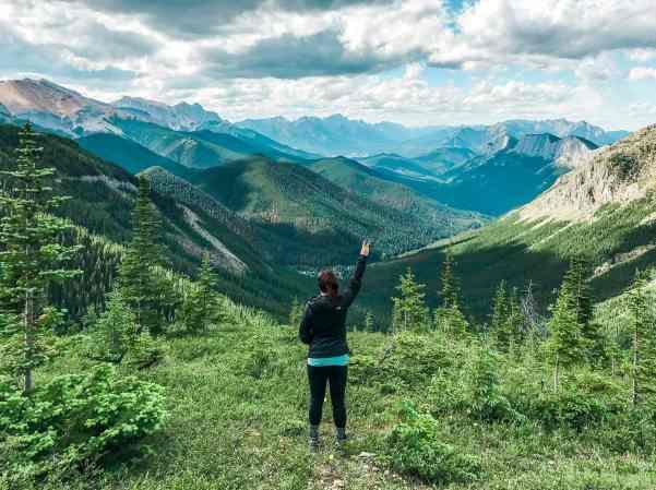 Sulfer Skyline summit Jasper national park and more incredible photos to inspire your Canada National Park Adventure. Covering Jasper + Banff + Yoho | HerLifeAdventures.Blog | #traveldestinations #travelideas #northamericatravel #traveltips  #travelhacks #travelguide #adventuretravel #roadtrip #nationalpark #nationalparkroadtrip #alberta #canada #britishcolombia