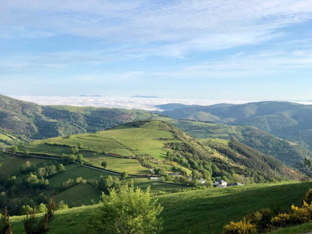 Walking above the clouds at O Cebreiro on the Camino | Her Life in Ruins