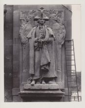1916 Photo of the installation of the MacNeil statue. Thia appears to have the statue sitting in the right hand leg of the Arch. The left leg is where it was permanently installed. This photo was salvaged from a NYC flea market by John Gomez and used with his permission Credit: John Gomez, NYC.