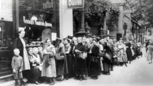 Schlangestehen für Lebensmittel während des Ersten Weltkrieges, Repro Norbert Kozicki