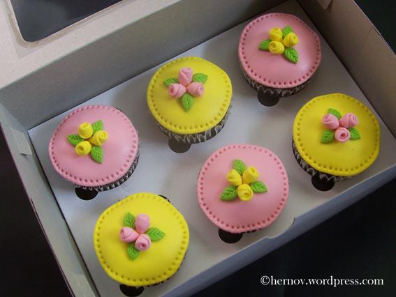 hernovs-mini-rose-cupcakes