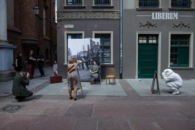 Kamila Szejnoch, Reconstruction, documentation of artistic action, Gdańsk, June 2016 (photo: Adam Bogdan; background photo by Wieslawa Gruszkowski)