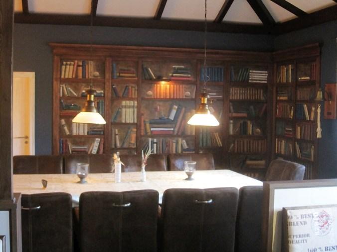 Bücherregal im Restaurant Zum Sielkrug in Carolinensiel