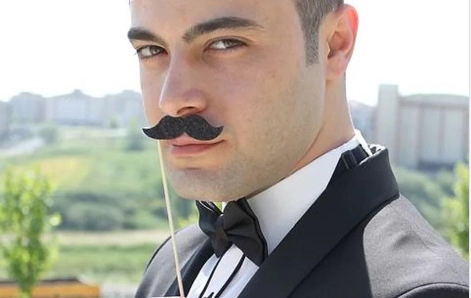 Entretenir sa moustache, c'est classe