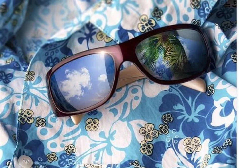 chemise hawaiienne et lunettes de soleil