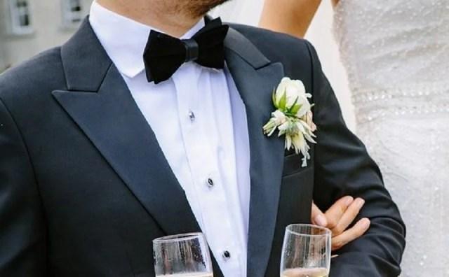 Un marié élégant en cravate papillon