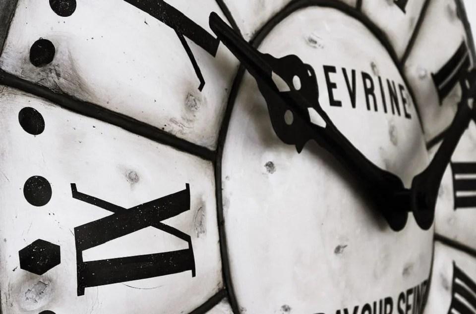 Horloge murale géante et chiffres romains