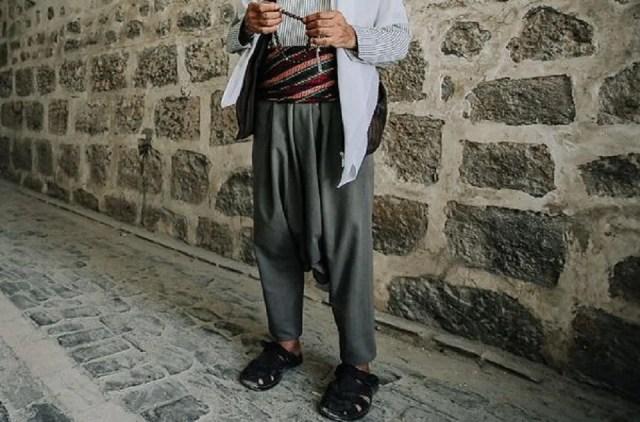 Le sarouel homme gris, un pantalon zen et tout confort