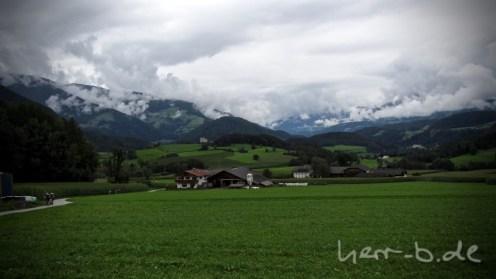 Kurz vor dem Etappenziel ein Blick zurück ins bewölkte Südtirol.