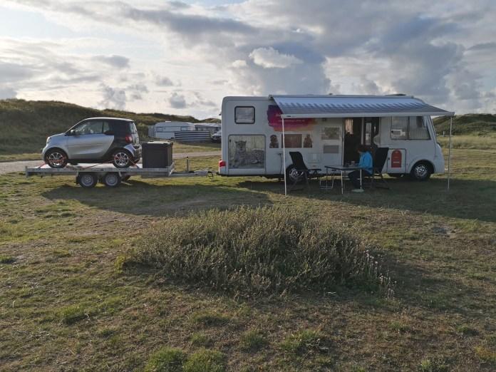 Das Wohnmobil mit Hänger und Smart auf dem ersten Campingplatz außerhalb Deutschlands im Süden Dänemarks
