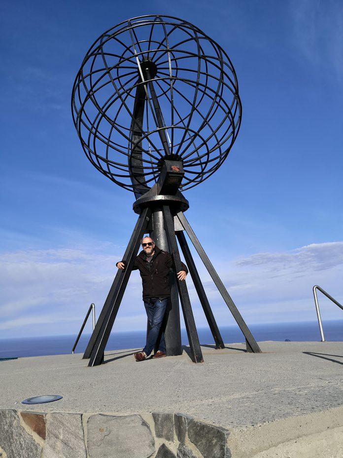 Uwe vor der berühmten Weltkugel am Nordkap (Norwegen)
