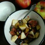 Obstsalat mit Feigen, Rauchmandeln und rosa Beeren