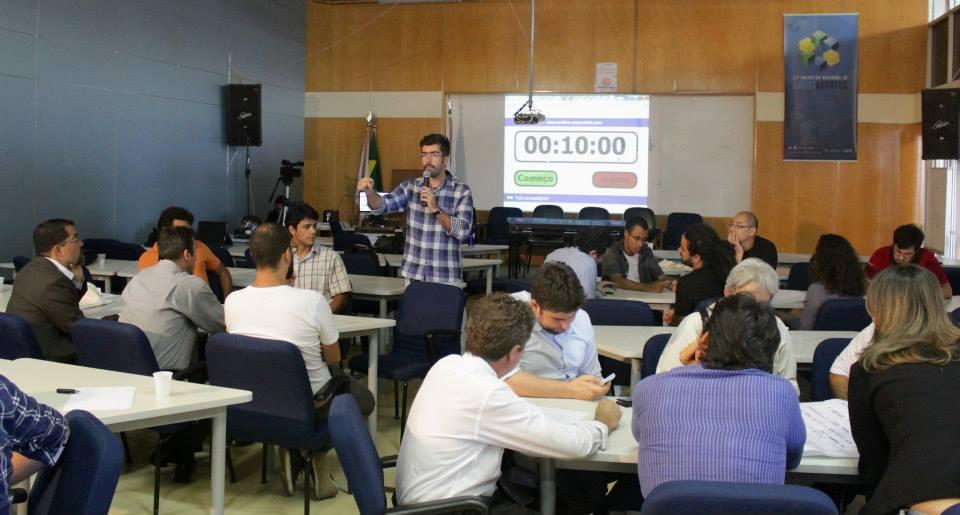 Alexandre Gomes media as discussões na oficina de sustentabilidade econômica dos dados abertos