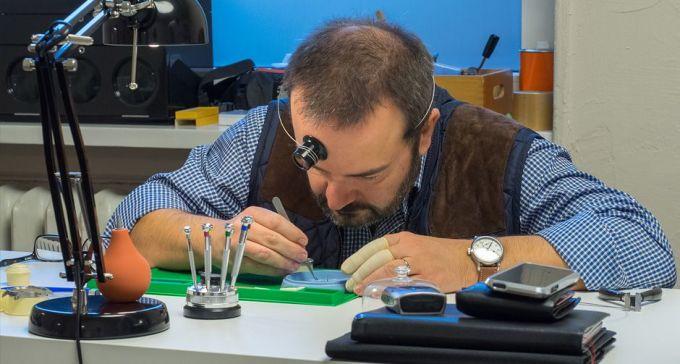 Sogar Herr Strohm hat das Uhrenseminar erfolgreich abgeschlossen.