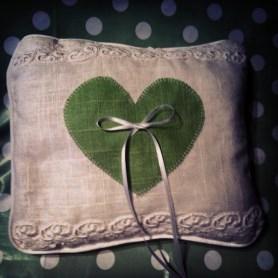 Das Kissen für die Trauringe, dass uns von einer lieben Freundin gefertigt wurde. ©HerrundFrauBayer