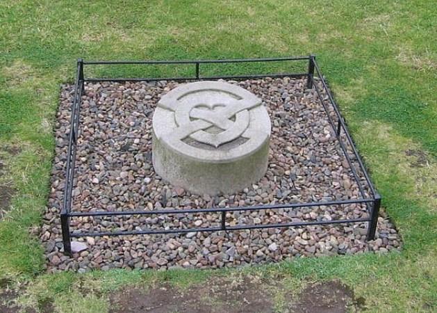 Moderner Grabstein über dem Herzen von Robert the Bruce in Melrose Abbey