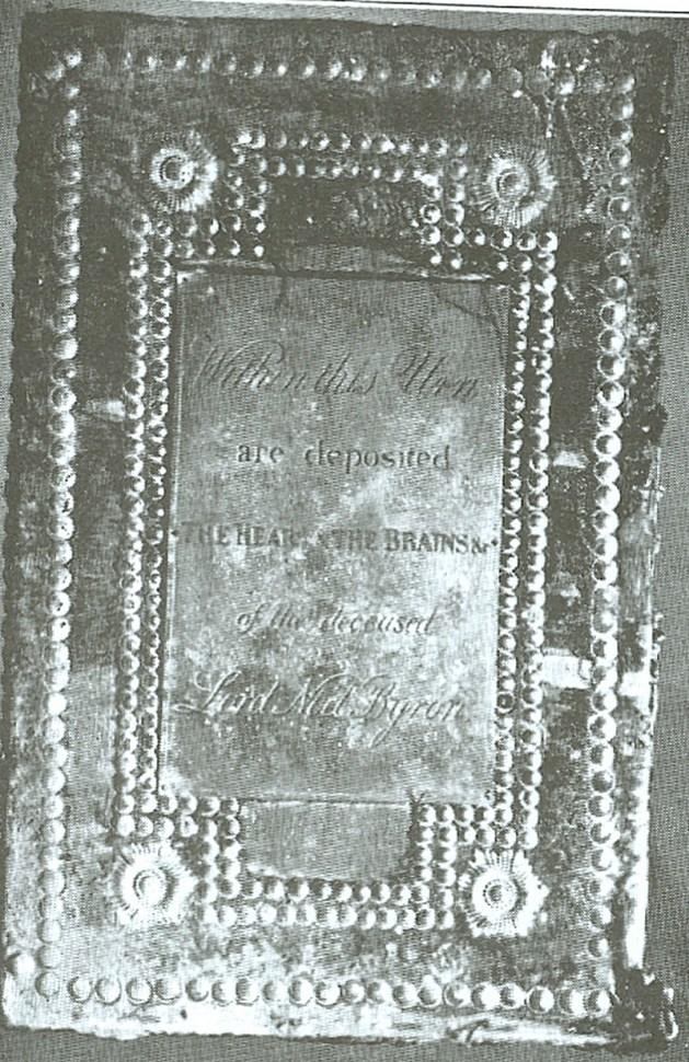 Eichenkasten, der die Urne mit Herz und Gehirn von Byron enthält (Bullock C.)