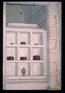 Bourbonenherzen in der Gruft von Saint-Denis mit dem Herzen Ludwigs XVII. im untersten Fach