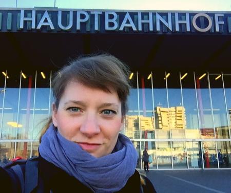 Selfie Johanna vor Hauptbahnhof